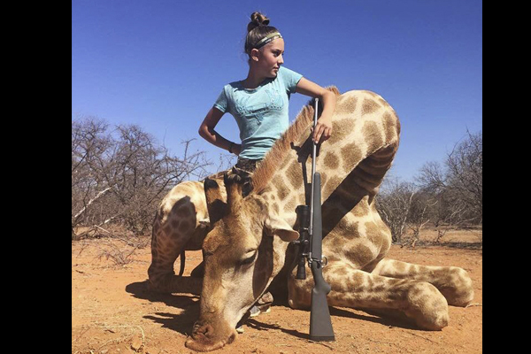 Niña cazadora famosa por polémicas fotos vuelve a causar indignación (FOTOS)