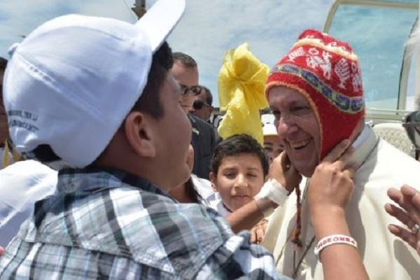 Papa Francisco lució típico chullo peruano en Trujillo