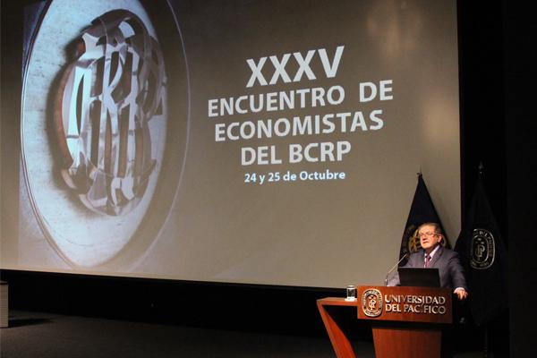 Economistas analizan macroeconomía