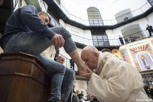 Papa Francisco lava pies de 12 presos no católicos