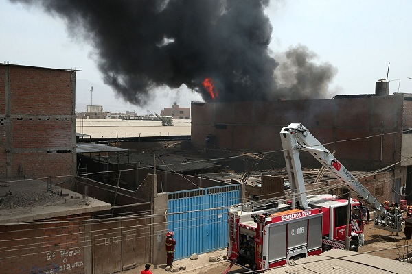 SMP: Incendio en depósito de línea de transporte