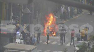 Cercado de Lima: Auto se incendió en el cruce de la av. Tacna y jr. Huancavelica