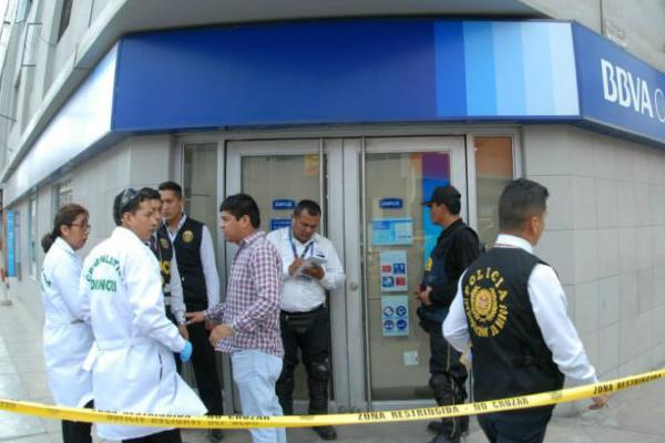 Ate Vitarte: Seis sujetos asaltan agencia bancaria