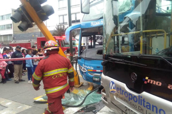 Metropolitano: 6 heridos tras choque de bus turístico y bus troncal en avenida Emancipación
