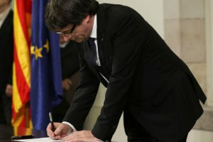Cataluña: Puigdemontproclama la independencia