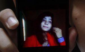 Condenada a muerte una mujer por quemar viva a su hija en Pakistán