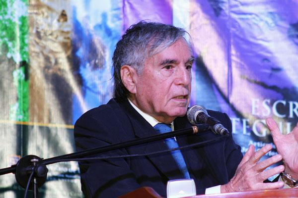 "Hugo Neira critica a su ""amigo"" Vargas Llosa"