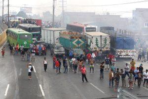 Manifestantes contra peaje restringen tránsito en Panamericana Norte