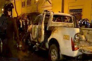 Manifestantes queman patrullero en marcha contra el Congreso [FOTOS]