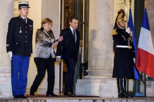 Macron y Merkel debaten futuro de Unión Europea