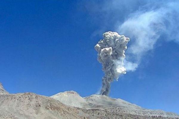 Volcán Sabancaya: Columna eruptiva alcanza los 4 mil metros de altura
