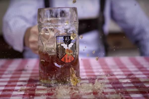 Oktoberfest: Presentan zapatillas con repelente de vómitos y cerveza