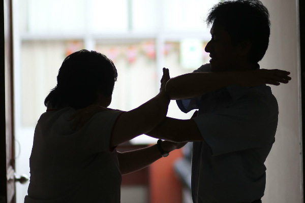 SMP: Sujeto golpea salvajemente a su pareja por presunta infidelidad
