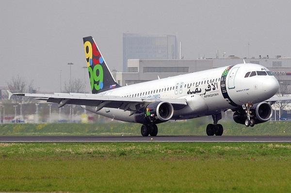 Secuestran avión libio con 118 personas