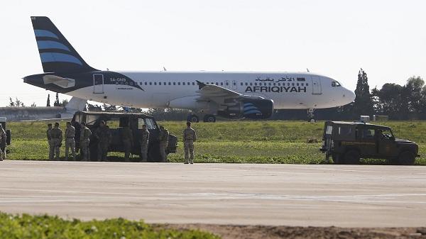 Liberan pasajeros del avión libio secuestrado