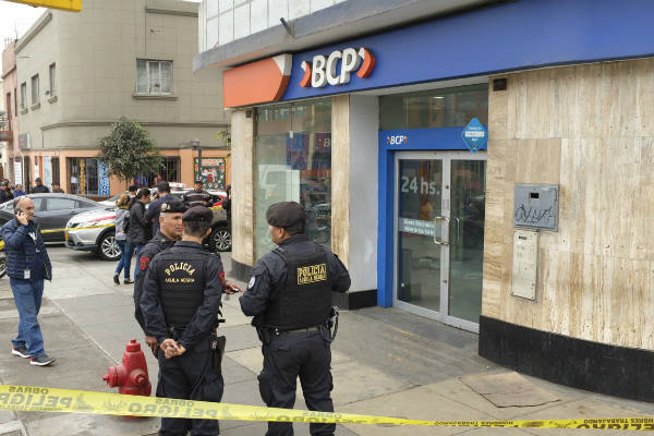Cinco encapuchados asaltan agencia bancaria en Breña