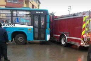 VES: Bus choca con camión de Bomberos que atendía emergencia