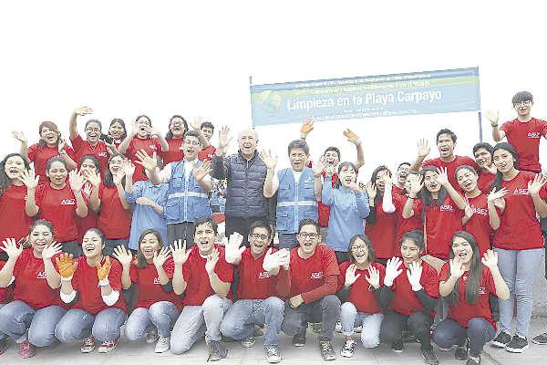 Más de 550 jóvenes limpian la playa Carpayo