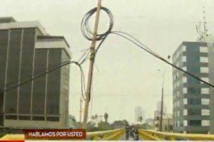 Javier Prado: Cables en puente peatonal son sostenidos por palo de madera