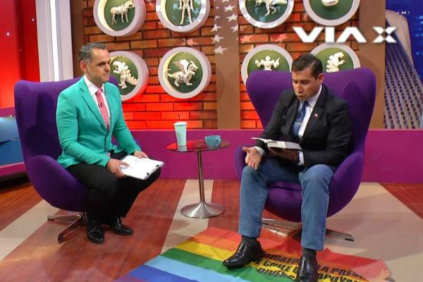 Pastor chileno pisa la bandera gay en vivo