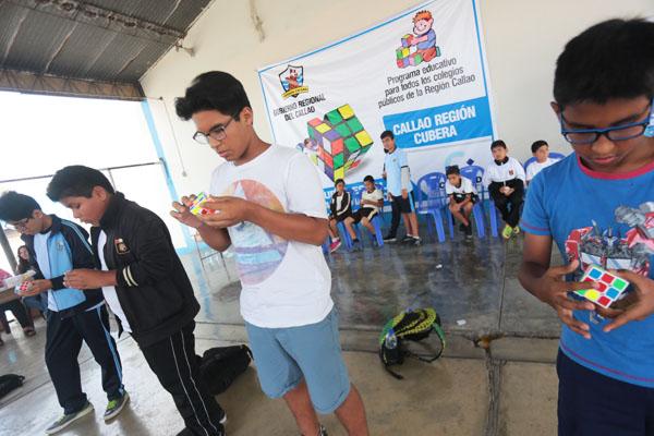 Alumnos chalacos arman cubos mágicos en segundos