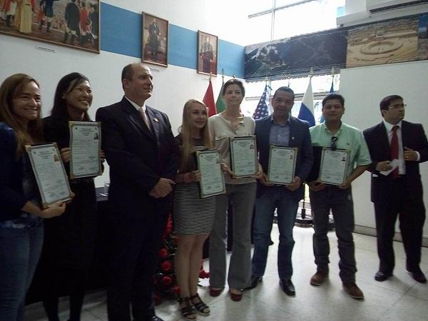 Diez extranjeros reciben nacionalidad peruana