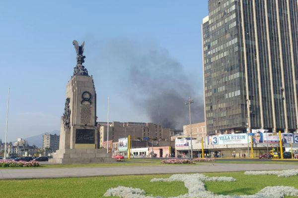 Jr. Azángaro: bomberos controlan incendio en hotel