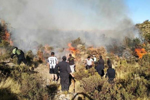 Arequipa: Incendio forestal viene consumiendo más de 600 hectáreas
