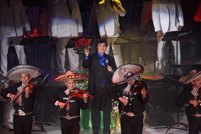 Lleno total en concierto de Juan Gabriel