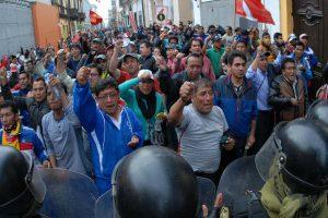 SUTEP bloquea Av. Caquetá y las vías del Metropolitano