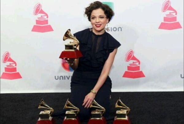 Natalia Lafourcade: familias danmificadas recibieron ayuda de la cantante