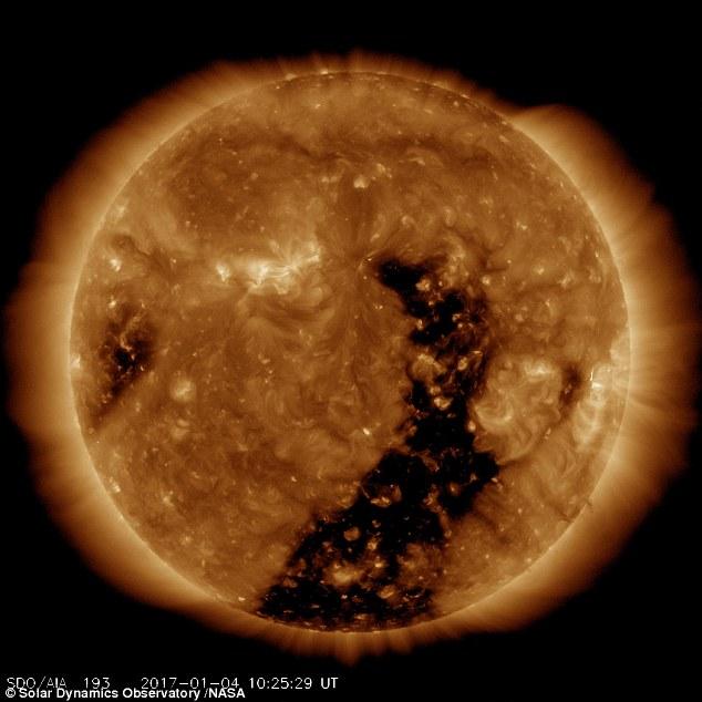 Video: NASA detecta un enorme 'agujero' en el Sol que podría afectar a la Tierra