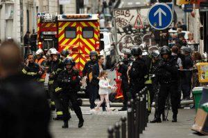 Paris: Sujeto armado retiene a tres personas en un edificio