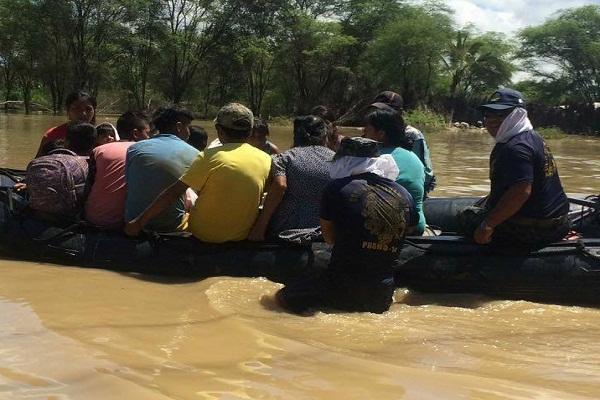 Ejército y la Marina al rescate de los damnificados en Piura