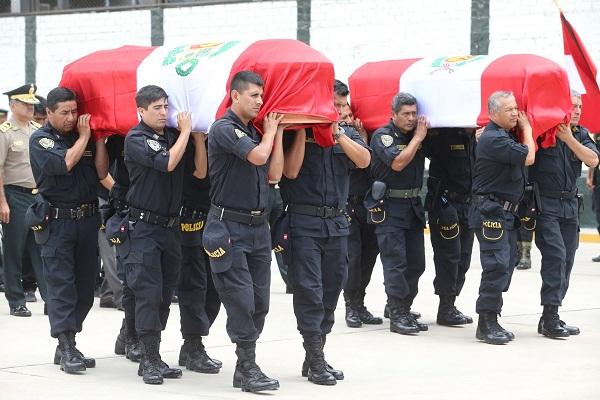 Llegan a Lima cuerpos de policías fallecidos