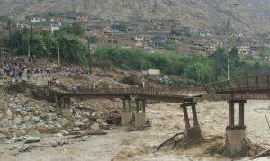 Chosica: Escolares y vecinos arriesgan sus vidas para cruzar puente partido