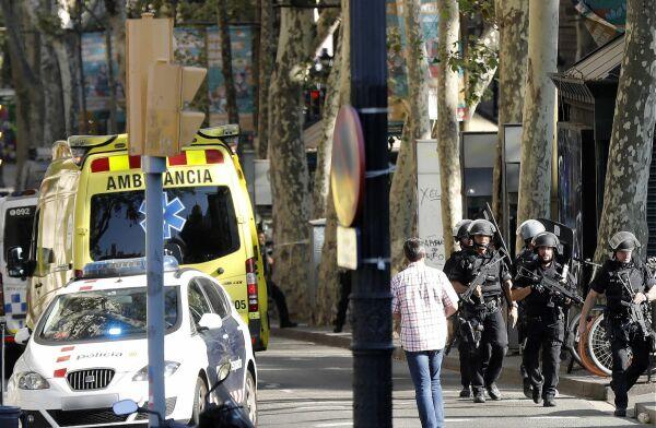 Atentando en Barcelona: 13 muertos y 100 heridos deja atropello en La Rambla