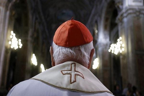 Vaticano: Arrestan a sacerdote acusado de pornografía infantil