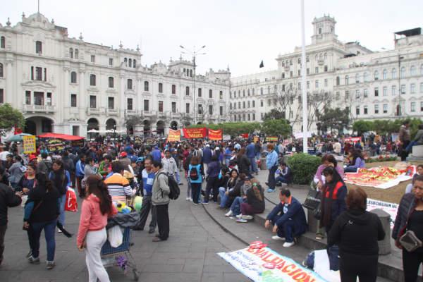 Marcha en la plaza San Martin en contra del alza del combustible