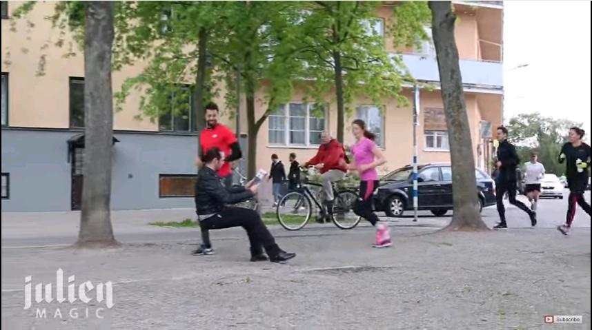 YouTube: Hombre sorprende al sentarse en silla invisible