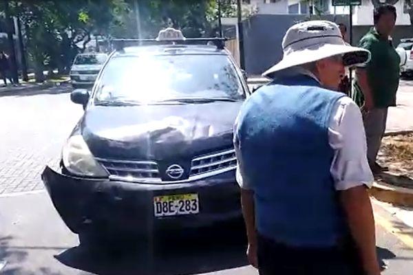 San Isidro: Auto embiste a motociclista [VÍDEO]