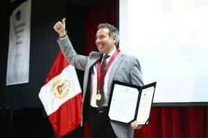 Universidad Nacional de Música condecora a Francesco Petrozzi