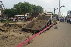 Trujillo: Volquete se hunde y provoca rotura de tubería de desagüe