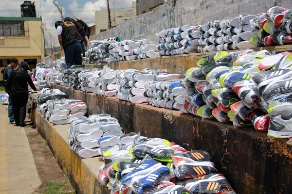 Allanan taller clandestino de zapatillas bamba en Oquendo