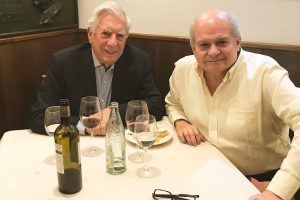 Cateriano brinda con su 'padrino' Vargas Llosa