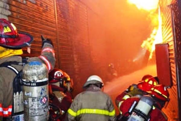 Fuego destruye 70 tiendas de centro comercial