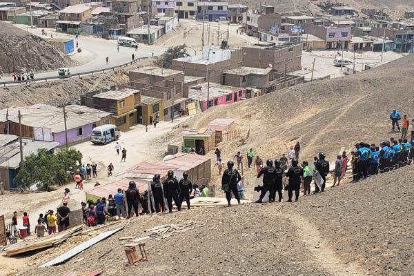 Ventanilla: Policía chalaca detiene a invasores de terrenos