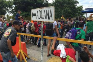 Caravana de migrantes desborda la frontera