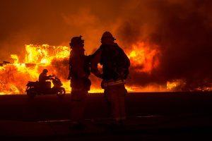 EE.UU.: 5 muertos, desaparecidos y 150.000 evacuados por incendios en California