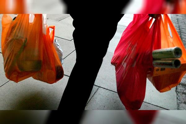 Supermercados cobrarán por cada bolsa de plástico